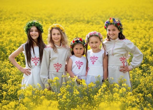 Dziewczynki w strojach z motywami haftu lasowiackiego, który popularyzuje w modzie Justyna Wesołowska, projektantka ubioru i prezes Fundacji Artystycznej GA MON w Tarnobrzegu