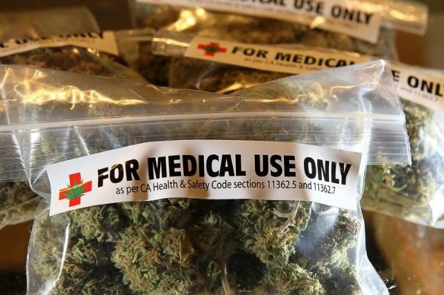 Marihuana stała się składnikiem wielu leków przepisywanych na najróżniejsze schorzenia. Mówiąc o medycznej marihuanie, ma się na myśli konkretnie preparaty zawierające kannabinoidy. Są one przydatne przede wszystkim w leczeniu bólu, na przykład u chorych z zaawansowanymi nowotworami. Jednak - jak podają specjaliści - preparaty z kannabinoidami są przydatne wyłącznie jako leczenie uzupełniające. Samodzielnie stosowane nie działają silnie. Pomagają one uśmierzyć dolegliwości jedynie w skojarzeniu z lekami przeciwbólowymi. Lekarze często traktują taką terapię jako ostatnią szansę dla pacjentów.Marek Bachański: Morfina jest dużo silniejszym narkotykiem i jest w medycynie. Co dalej z legalizacją medycznej marihuany?