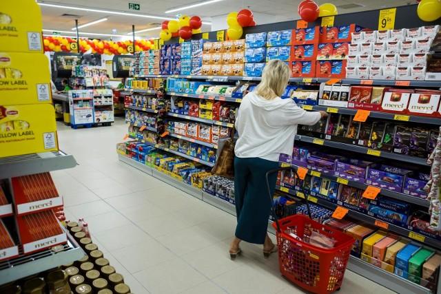 W sylwestra, 31 grudnia 2019 r. krócej niż zwykle będą czynne sklepy i markety, dlatego warto wcześniej sprawdzić, do której godziny są otwarte.  Sprawdź na kolejnych stronach godziny otwarcia Lidla, Biedronki, Tesco i innych sklepów ---->