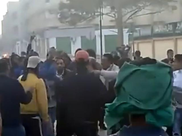 Tłum protestuje 19 lutego w Benghazi. Tego dnia zginęło tam co najmniej 84 osoby.