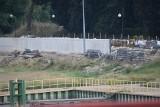 Krosno Odrzańskie. Wały pną się do góry. Wysokie wały przeciwpowodziowe widać już w okolicach mostu. Co z estetyką?