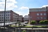 Katowice. Przebudowa kampusu Uniwersytetu Ekonomicznego. Nowe windy na elewacji budynku B i C i inne udogodnienia. Zobaczcie wizualizacje