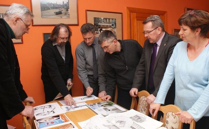 W ratuszu złożono 14 projektów witacza promującego Kcynię i prof. Czochralskiego. Wybór najlepszego nie był łatwy.