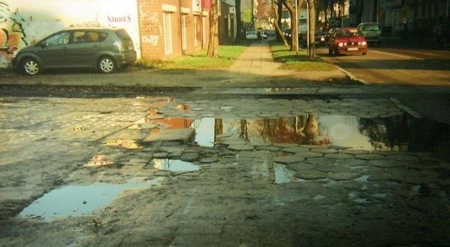 Dziurawy chodnik przy ul. Przemysłowej.