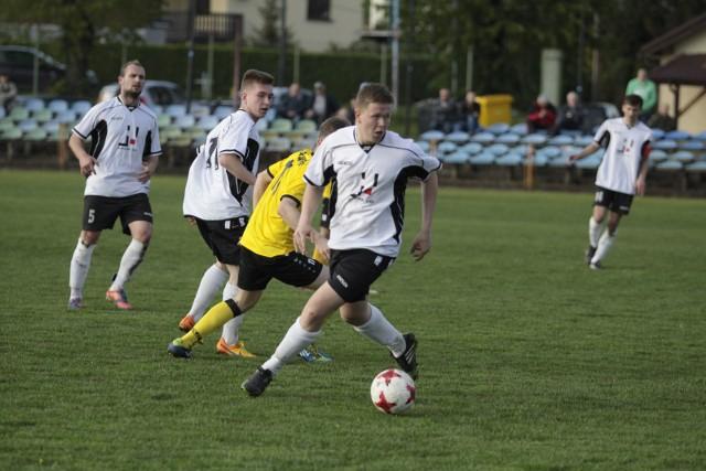 Piłkarze z Krasiejowa zrobili ważny krok w walce o utrzymanie.
