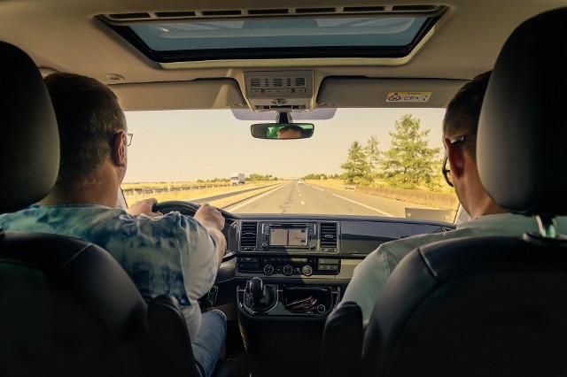 10 najbardziej irytujących zachowań panów za kierownicą!
