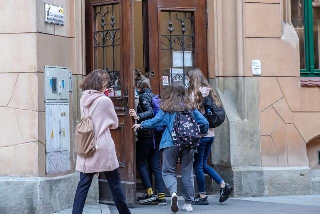 Dyrektorzy szkół mówią, że obecnie częściej niż kiedyś trzeba przypominać dzieciom o przestrzeganiu obostrzeń sanitarnych, zwłaszcza zakrywaniu nosa i ust w częściach wspólnych