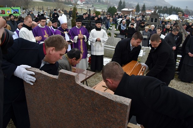 Tragicznie zmarły ks. Piotr Pławecki spoczął na cmentarzu parafialnym w Chomranicach