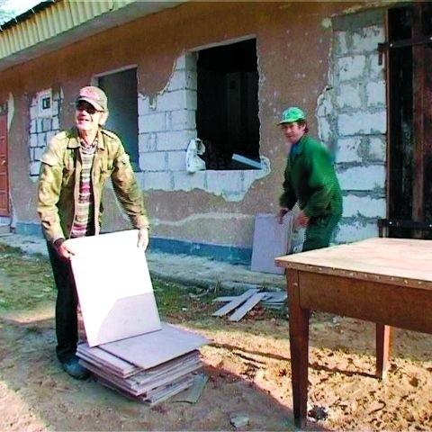 Bezdomni i bliscy ks. Adama wciąż rozbudowują ośrodek, który powstał w barakach po wojsku