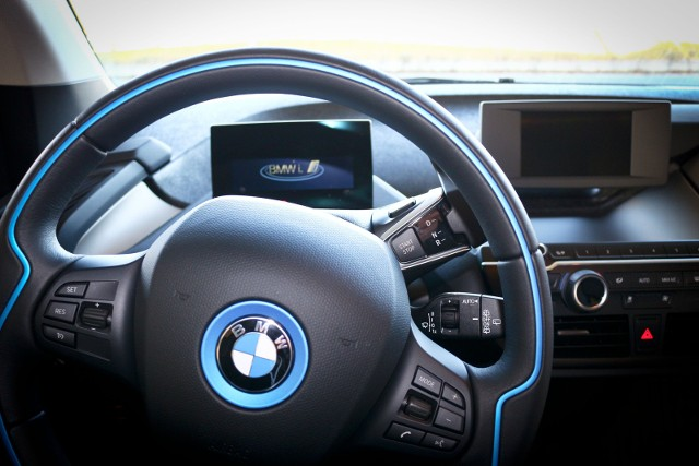 Pomiar prędkości pojazdu marki BMW wskazał 111 km/h.