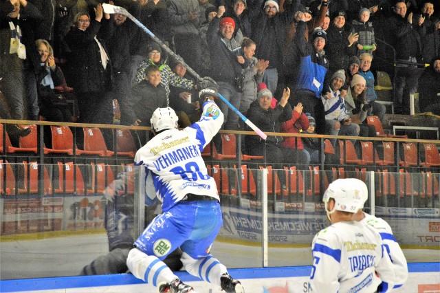 Fiński obrońca Iiro Vehmanen, po zdobyciu drugiej bramki wskoczył na bandę okalającą taflę, by wspólnie z kibicami cieszyć się z sukcesu.