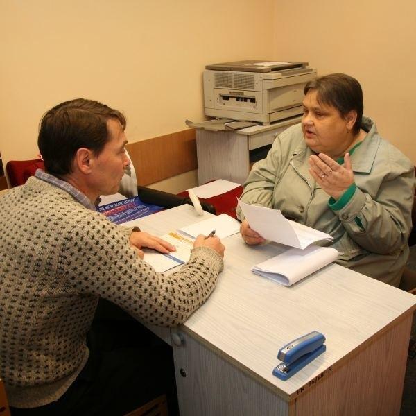 Andrzej Kanak podpowiada Marii Gonerskiej z Niemodlina, jak wypełnić wniosek.