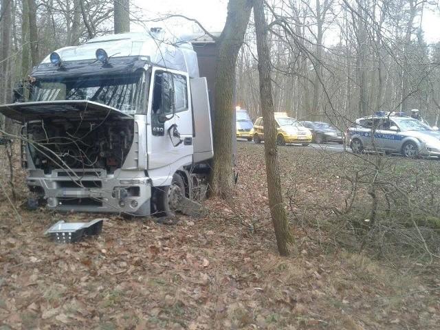W Nakle ciężarówka wjechała do lasu