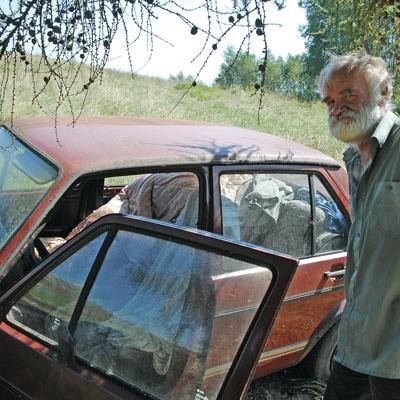 - Czasem jakieś koszule dostanę z opieki. A w samochodzie mi wygodnie. Teraz jest ciepło, a do mrozów jeszcze daleko - mówi Witold Lipko.