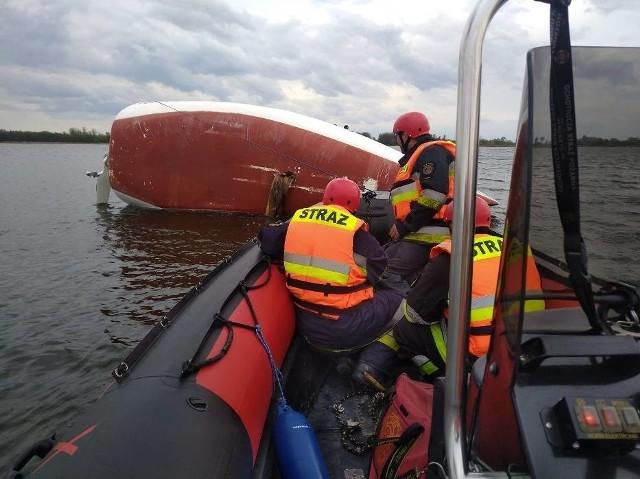 Konińscy strażacy zostali wezwani do przewróconej żaglówki na Jeziorze Pątnowskim