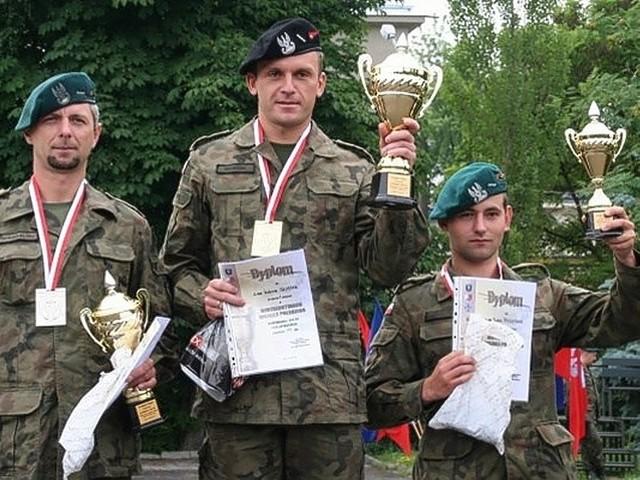 Saper z międzyrzeckiej brygady st. szer. Łukasz Szostak (w środku) jest najlepszym strzelcem w Wojsku Polskim.