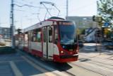 Kolizja tramwaju i samochodu osobowego na ul. Kartuskiej w Gdańsku 6.10.2020. Działa zastępcza komunikacja autobusowa
