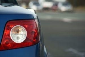 Jeśli na uszczelkach lub plastikowych elementach są ślady szpachli albo lakieru, to wskazówka, że auto było naprawiane. (fot. sxc)