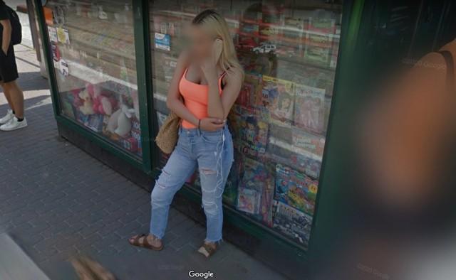 Warto czasem wybrać się na wirtualny spacer po własnym mieście. Dzięki temu można sprawdzić, jak Poznań widzą inni a czasami także natrafić na uwiecznione na zdjęciu nietypowe sytuacje. Niektórzy znajdują nawet samych siebie. Zajrzyjcie do naszej galerii poznanianek w Google Street View. Wprawdzie twarze są tam rozmazane, ale może niektóre wydadzą się znajome?Kolejne zdjęcie -->