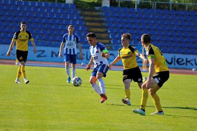 W zaległym meczu grupy czwartej piłkarskiej trzeciej ligi Siarka Tarnobrzeg przegrała na wyjeździe z Wisłą Puławy 0:1. Sprawdź, jak oceniliśmy podopiecznych trenera Majaka za to spotkanie.