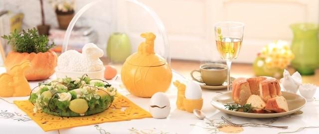 Wielkanocny stół z kolekcją Sunny DayŚwięta Wielkiej Nocy powinny być pełne radości oraz słońca. Dlatego w aranżacji wielkanocnego stołu warto wykorzstać kolor żółty i biały. Z dekoracyjnych motywów do wyboru mamy na przykład malutkie kurczaczki, dostojną kura czy białe baranki.