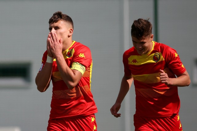 Jakub Lutostański (z lewej) ma już na koncie osiem trafień w CLJ U-18, ale jego kolejny gol nie uchronił Jagi od porażki w Lubinie