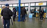 Kraków. Sklepy budowlane działają mimo obostrzeń. Spore kolejki przed sklepami [ZDJĘCIA]
