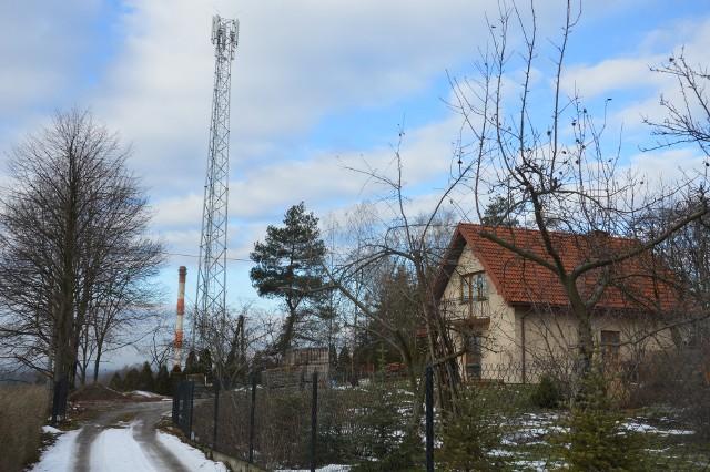 Nadajnik powstał w pobliżu osiedla domków jednorodzinnych.