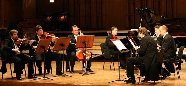 """Ars Iuvenum podczas brawurowego wykonania """"Septetu na klarnet, waltornię, fagot, fortepian, skrzypce, altówkę i wiolonczelę"""" Igora Strawińskiego"""