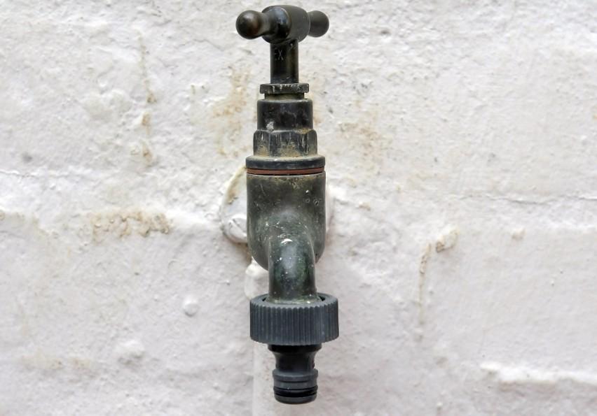 Zamarzająca woda może uszkodzić także rury prowadzące do...