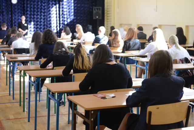 Egzamin gimnazjalny 2016. Dziś JĘZYK POLSKI - co było? (PYTANIA, ARKUSZE CKE, ODPOWIEDZI)