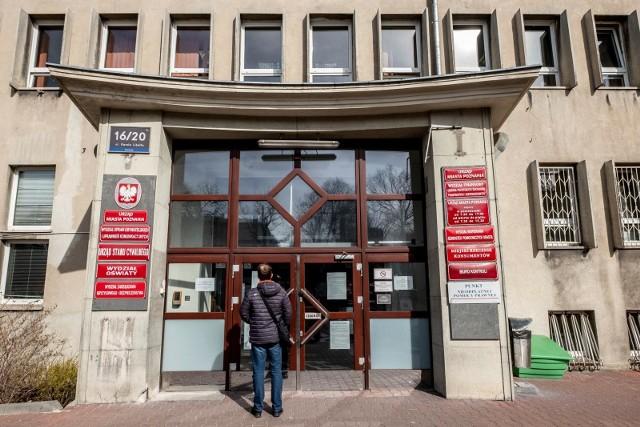 W czasie epidemii koronawirusa zgłoszenia zgonu można dokonać wyłącznie urzędzie miasta przy ul. Libelta 16/20 w Poznaniu. Chcąc wejść do urzędu, trzeba okazać kartę zgonu. Urzędnicy apelują o zachowanie wszelkich zasad bezpieczeństwa