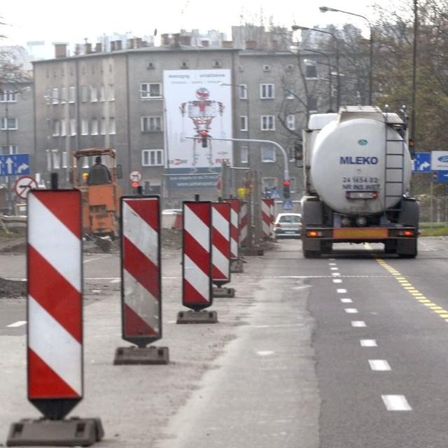 Przebudowa wiaduktu nad ul. Bończyka potrwa do końca grudnia. Do tego czasu kierowcy na skrzyżowaniu Niemodlińskiej z Wrocławską muszą liczyć się z utrudnieniami.