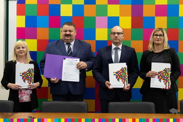 Umowy o dofinansowanie podczas konferencji prasowej podpisał Artur Kosicki, Marszałek Województwa Podlaskiego i wicemarszałek Stanisław Derehajło.