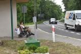 Kierowcy trąbiący dla niepełnosprawnego Marcina przeszkadzają mieszkańcom Pławia? Rodzina prosi, aby kierowcy machali do chłopaka na wózku