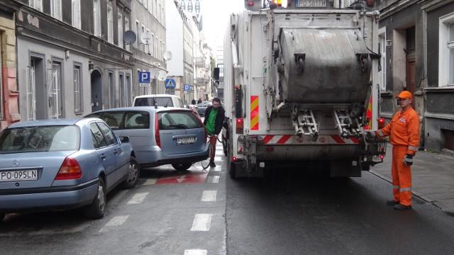 Parkujący na kontrpasie utrudnia przejazd rowerzyście.