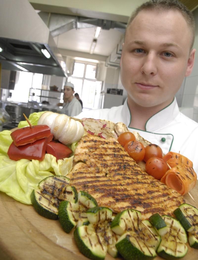 Zbigniew Dżugan z restauracji Staromiejskiej przygotował dla nas pierś z grilla w warzywach.