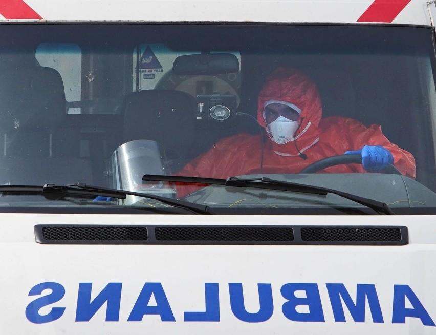 Pacjent z koronawirusem zmarł przed szpitalem w Nysie....