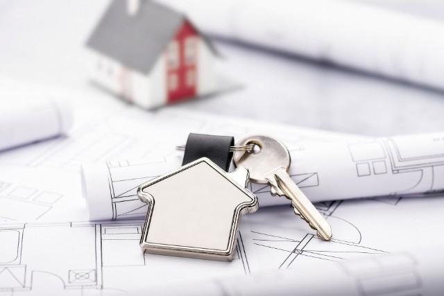Przed przystąpieniem do odbioru domu inwestor powinien zgromadzić wymaganą dokumentację, co trwa zwykle kilka miesięcy. To, jakie dokładnie dokumenty będą potrzebne, zależy od konkretnej inwestycji – żeby to ustalić, należy skonsultować się z urzędnikami oraz kierownikiem budowy.Najczęściej wymagane dokumenty to: prawidłowo wypełniony dziennik budowy (z wpisem o zakończeniu budowy), oświadczenia wystawiane przez kierownika budowy (o zgodności wykonanych robót z projektem budowlanym, o zgodności robót z pozwoleniem na budowę i o doprowadzeniu placu budowy do porządku), projekt techniczny budynku, kopia świadectwa charakterystyki energetycznej budynku, geodezyjna inwentaryzacja powykonawcza oraz wszystkie protokoły z odbiorów oraz badań (m.in. instalacji wodnej, gazowej i elektrycznej).