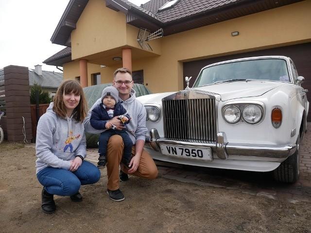 Mikołaj z rodzicami i swoją limuzyną.