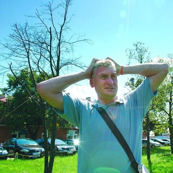 – Przypuszczaliśmy, że tak się może skończyć przesadzanie starych drzew – mówi Wojtek Koronkiewicz, ekolog. – Ciekawe, czy miasto wystąpi teraz o rekompensatę?