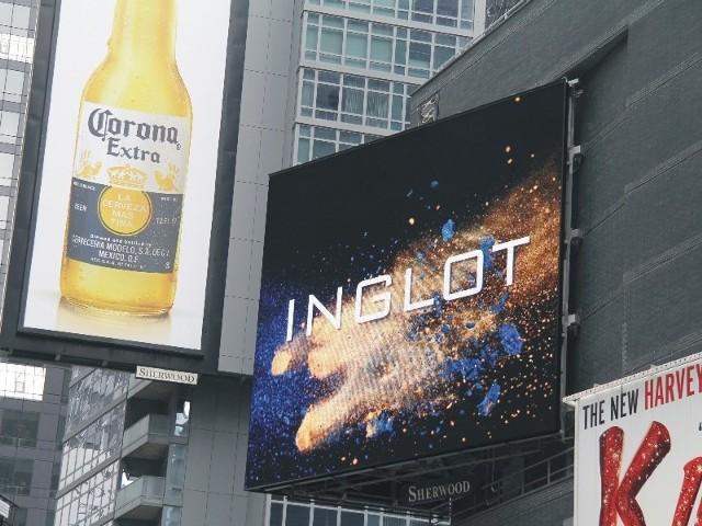 Na billboardzie prezentowane są filmy.