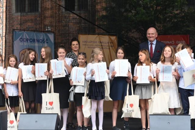Klasa IVc z SP nr 23 to najlepsza klasa w Toruniu. W piątek uczniowie odebrali wyróżnienia i nagrody na Rynku Staromiejskim.