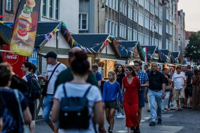 W tym roku wielu Polaków zdecyduje się na wakacje w kraju. Zyskają na tym zarówno ulice handlowe w największych polskich miastach, jak i pasaże w mniejszych, wypoczynkowych lokalizacjach.