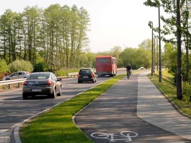 W ramach przebudowy ul. Nieszawskiej powstała nowa jezdna, chodnik i ścieżka rowerowa.