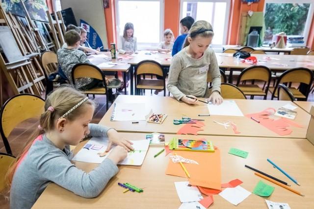Ferie zimowe w roku szkolnym 2020/2021 z zakazem organizacji wypoczynku w czasie przerwy świątecznej. Półkolonie mogą być prowadzone dla dzieci z młodszych klas szkół podstawowych.