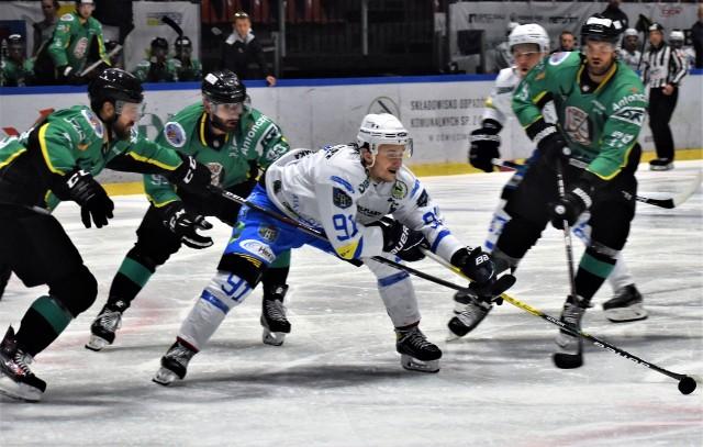 Ekstraklasa hokejowa; JKH GKS Jastrzębie - Re-Plast Unia Oświęcim 2:4. Danił Oriechin (z krążkiem) postawił pieczęć na wygranej oświęcimian, trafiając do pustej bramki.