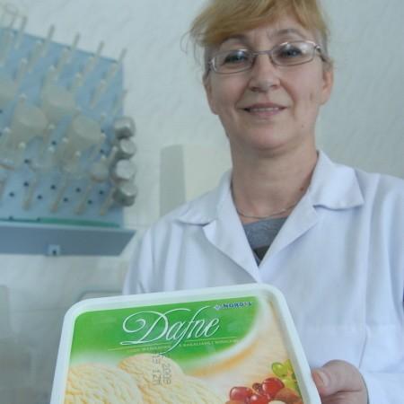 Irena Telicka - Pawlaczyk z firmy Nordis z konkursowym przysmakiem - lodami Dafne