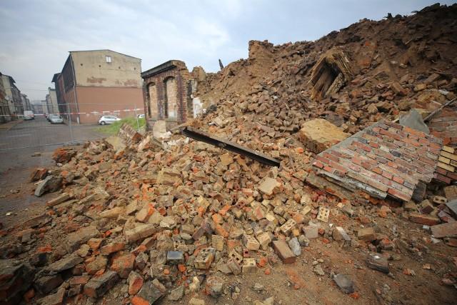 W Świętochłowicach zawaliła się ściana wyburzanej kamienicy. Ewakuowano mieszkańców.Zobacz kolejne zdjęcia. Przesuwaj zdjęcia w prawo - naciśnij strzałkę lub przycisk NASTĘPNE