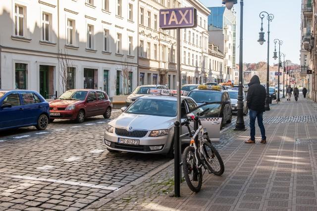 Wielu poznańskich taksówkarzy w obliczu pandemii koronawirusa rezygnuje z pracy. Tylko w jednej z poznańskich korporacji taksówkarskich w przeciągu ostatniego tygodnia zrobiło to aż 14 kierowców.